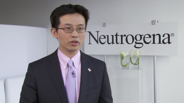 vídeos de stock, filmes e b-roll de interview steven wang md director of dermatologic surgery and dermatology at memorial sloankettering cancer center talks about one of the greatest... - dermatologia