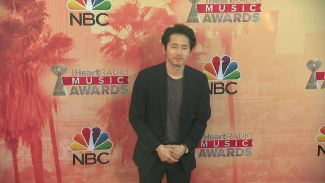 vídeos de stock, filmes e b-roll de steven yeun at the 2015 iheartradio music awards red carpet arrivals at the shrine auditorium on march 29 2015 in los angeles california - shrine auditorium