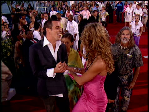 stockvideo's en b-roll-footage met steve-o and chris pontius walking down the 2004 mtv video music awards red carpet. - 2004