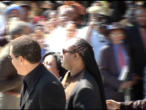 vídeos de stock e filmes b-roll de stevie wonder at the funeral of johnnie l cochran, jr arrivals at west angeles cathedral in los angeles, california on april 6, 2005. - cathedral