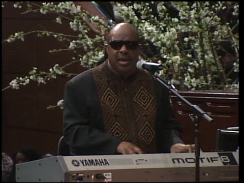 stevie wonder performs at the johnnie cochran memorial services at west los angeles baptist in los angeles california on april 6 2005 - chiesa battista video stock e b–roll