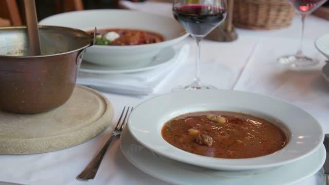 vídeos de stock, filmes e b-roll de guisado e goulash serviram na mesa - cultura húngara