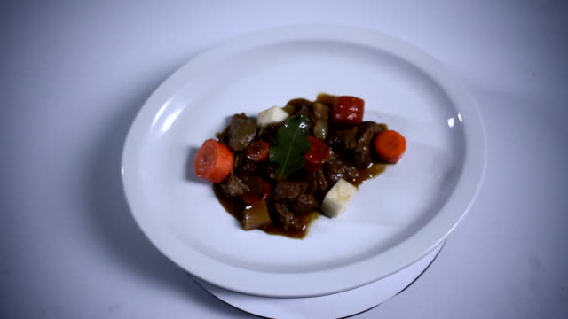 Stew on a plate rotates and stops