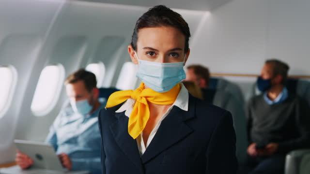 stewardess mit gesichtsmaske - flugpassagier stock-videos und b-roll-filmmaterial