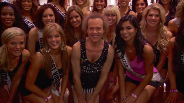 stewart goldman richard simmons miss usa contestants at the chinese laundry presents the miss usa hula hoop competition with richard simmons at las... - schönheitskönigin stock-videos und b-roll-filmmaterial