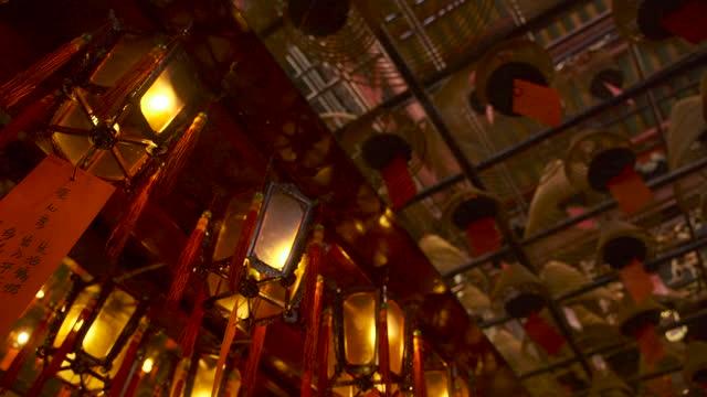 湾曲した形を燃やす棒、香港のマンモー寺院でカールシェル。 - ハリウッドロード点の映像素材/bロール