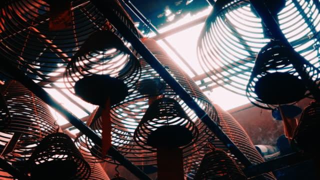曲がった形を燃やす棒、カールした貝 - ハリウッドロード点の映像素材/bロール