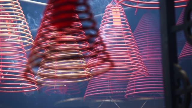 寺、香港、中国、アジアで燃えるスティック - ハリウッドロード点の映像素材/bロール