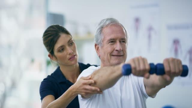 vídeos y material grabado en eventos de stock de todavía va fuerte - fisioterapia deportiva