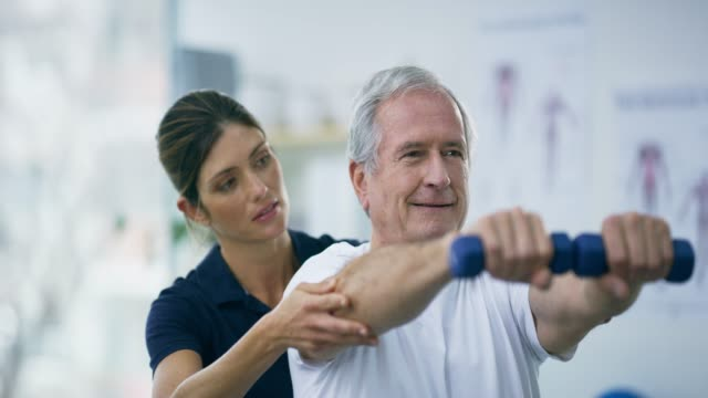 vídeos de stock, filmes e b-roll de continua forte - fisioterapeuta