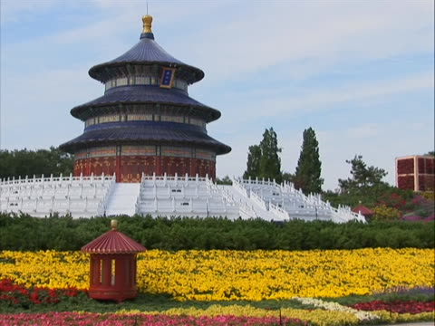 vidéos et rushes de still medium shot of the temple of heaven in china the temple of heaven literally the altar of heaven is a complex of taoist buildings situated in... - temple du ciel