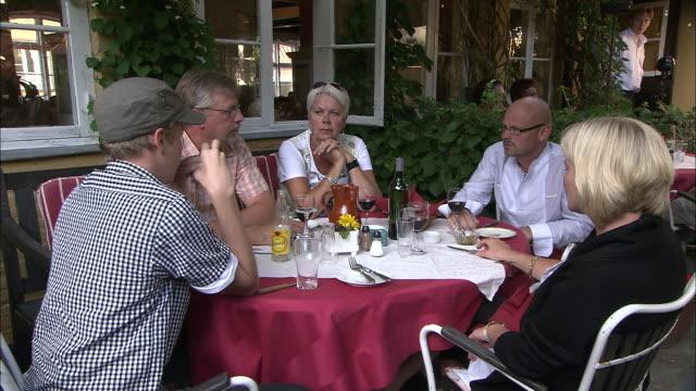 still shot of a family eating at an outside table - bordsduk bildbanksvideor och videomaterial från bakom kulisserna