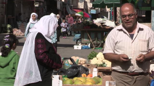 still shot of a woman buying produce no - tunnhårig bildbanksvideor och videomaterial från bakom kulisserna