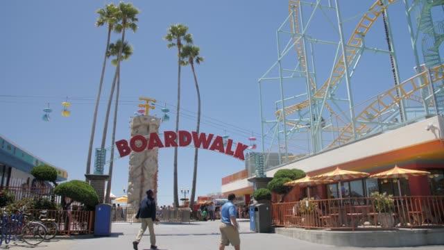 still shot of boardwalk funfair entarance, santa cruz, california, united states - västerländsk text bildbanksvideor och videomaterial från bakom kulisserna