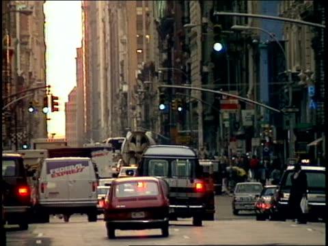 vídeos de stock e filmes b-roll de still shot of cars driving on the street in new york city 1987 - 1987