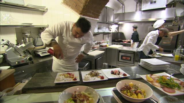 vidéos et rushes de still shot of italian chefs in the kitchen. - cuisine professionnelle