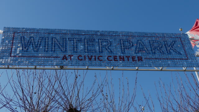 still shot of sparking blue sign winter park at civic center against the blue sky - winter点の映像素材/bロール