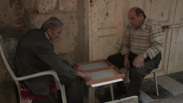 still shot of two men playing backgammon. - 聖地パレスチナ点の映像素材/bロール