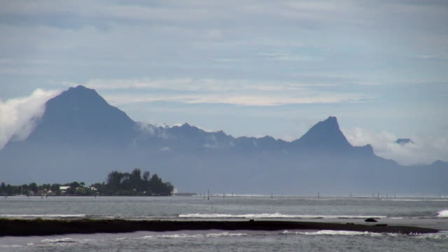 still shot of waves on the beach of tahiti - insel tahiti stock-videos und b-roll-filmmaterial