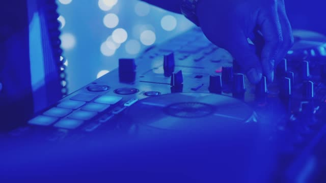 stockvideo's en b-roll-footage met een nog ongebruikte dj mixer onder gloeiende lichten. - thailand
