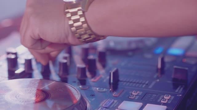 stockvideo's en b-roll-footage met een nog ongebruikte dj mixer onder gloeiende lichten. - dance studio