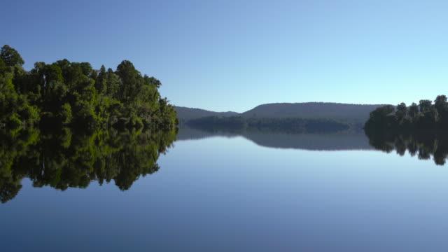 vídeos de stock e filmes b-roll de still water at lake. - reflection