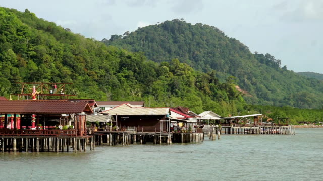 stilt houses, fishing village, thailand - riva dell'acqua video stock e b–roll