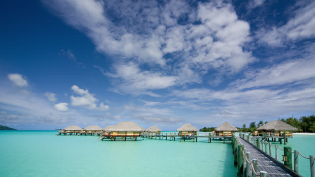 vídeos de stock, filmes e b-roll de fm ws stilt huts on water at pearl beach resort/ bora bora, tahiti  - polinésia francesa