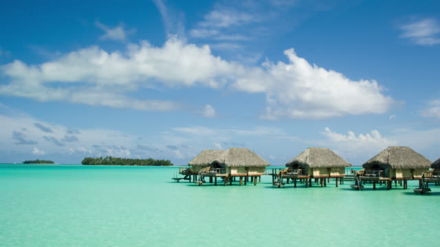 stockvideo's en b-roll-footage met fm ws stilt huts on water at pearl beach resort/ bora bora, tahiti  - frans polynesië