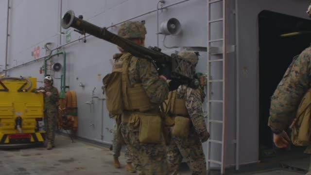 vidéos et rushes de stinger trainer launch simulator shoot conducted aboard the amphibious assault ship uss iwo jima in the mediterranean sea on march 23, 2018 with u.s.... - véhicule amphibie