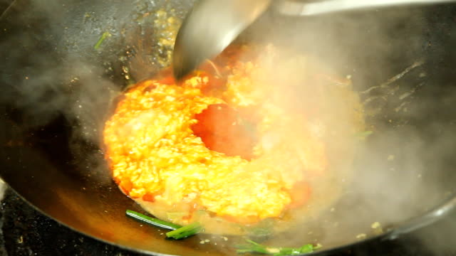 vídeos de stock, filmes e b-roll de mexa fogo de caranguejo - curry powder