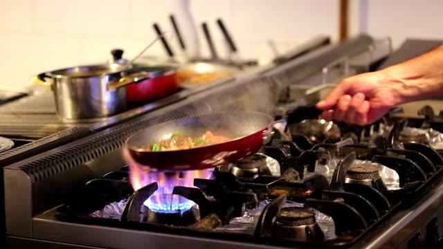 stir fry cucina - medio oriente video stock e b–roll