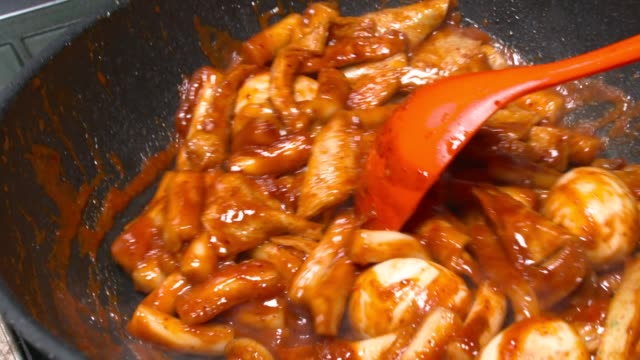 vídeos de stock e filmes b-roll de stir tteok-bokki(stir-fried rice cake) on a frying pan - concha utensílio de servir