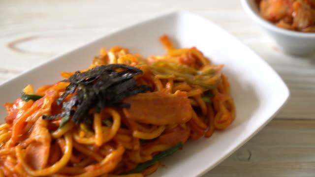 vídeos y material grabado en eventos de stock de fideos salteados con salsa picante coreana - comida coreana