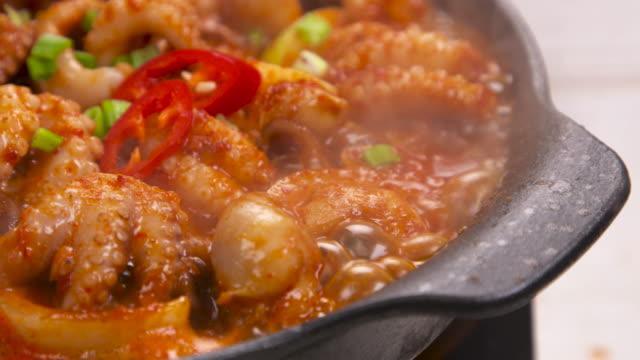 stir-fried small octopus simmering / south korea - 唐辛子点の映像素材/bロール