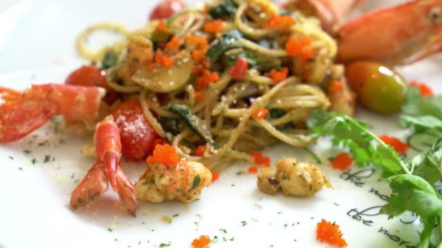 stir-fried spaghetti with shrimp