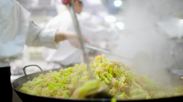 stockvideo's en b-roll-footage met stir-frying for manchu han imperial feast (sumptuous banquet recorded in chinese history) / china - menselijke vinger