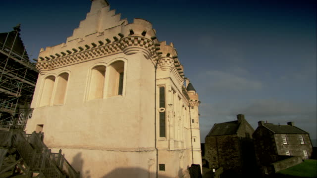 stirling castle is surrounded by a residential neighborhood. available in hd. - スコットランド スターリング点の映像素材/bロール