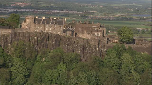 vídeos de stock, filmes e b-roll de stirling castle perches on a cliff in stirling, scotland. - stirling