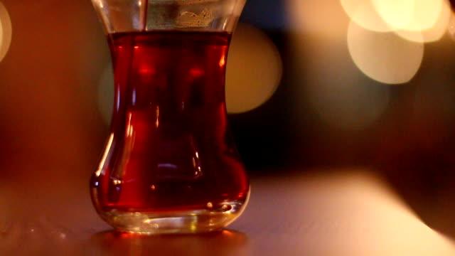 Unter ständigem Rühren eine Tasse traditionellen türkischen Tee