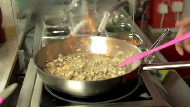 rühren sie sich eine mahlzeit in der küche pan - skillet cooking pan stock-videos und b-roll-filmmaterial