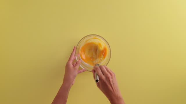 vídeos de stock, filmes e b-roll de stirring eggs - ovo mexido