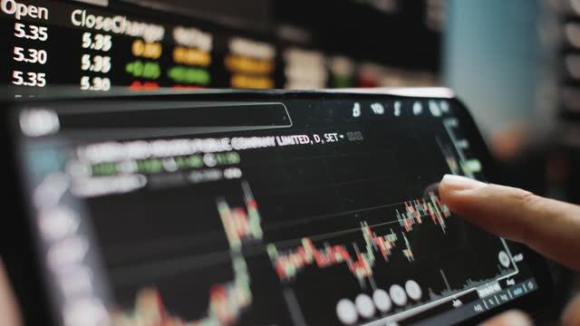 vidéos et rushes de analyse des stocks sur téléphone mobile - établissement financier