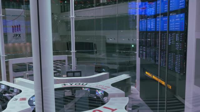 stock board with flashing lights, changing stock / chuo, tokyo, japan - 経済点の映像素材/bロール