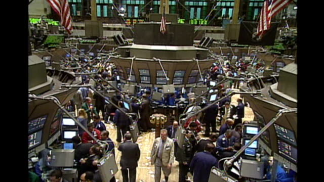 stock brokers and traders work the floor of the new york stock exchange - agente di cambio video stock e b–roll