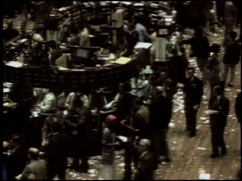 vídeos de stock e filmes b-roll de stock brokers working the floor of the nyse - negociante ocupação financeira