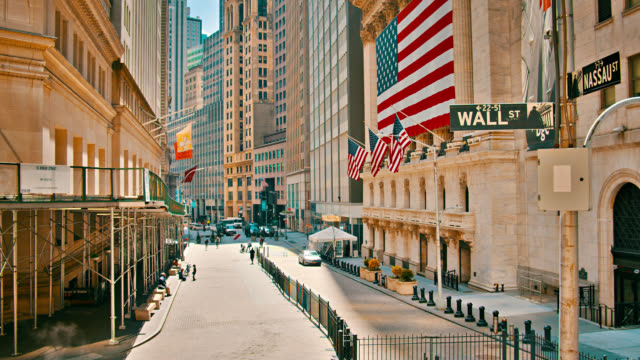 vídeos de stock e filmes b-roll de stock exchange on wall street. peaceful street. american flag. empty. - economy