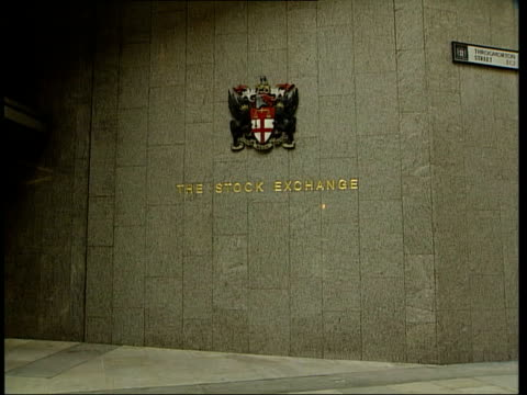 vidéos et rushes de london the city tower building tilt down to sign on wall 'the stock exchange' lms men in suits standing at entrance to stock exchange ms sign 'the... - la city de londres