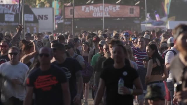 stock footage of crowds attending the isle of wight festival. - お祭り好き点の映像素材/bロール