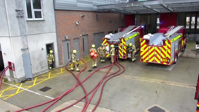 vídeos y material grabado en eventos de stock de stock footage of london fire brigade firefighters at work in the greater london area *this is not an official training exercise* the lfb are the only... - parque de bomberos